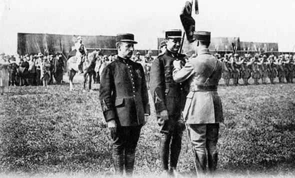 גארוס מקבל את מדליית עיטור הכבוד הצרפתי