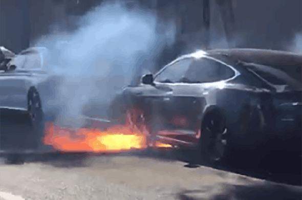 מכונית טסלה שנשרפה