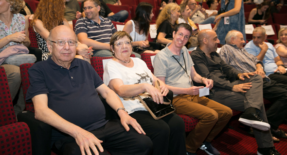 משמאל: אינגבר ואשתו רחל, שמוליק דובדבני, ארז דבורה, ג'אד נאמן  ורז יוסף, ראש החוג לקולנוע באונ' תל־אביב, בערב ההוקרה