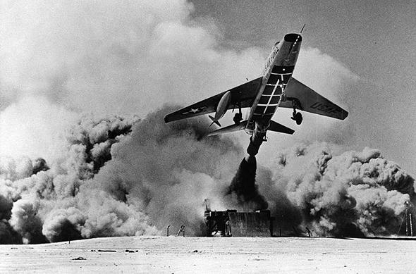 מטוס F100 אמריקאי ממריא ממקומו באמצעות רקטה