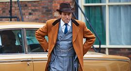 """יו גרנט במיני סדרה """"שערורייה אנגלית למדי"""",  צילום: באדיבות yes"""