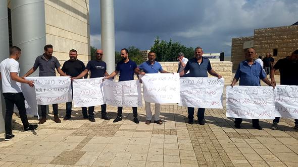 בני משפחת חמודה מפגינים מול המחוזי נצרת. מתנגדים למכירת הנכסים המשותפים, צילום: ענת רואה