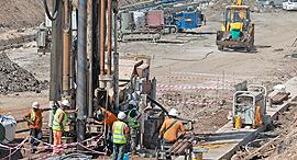 הקמת תשתית הרכבת הקלה ב תל אביב תוואי הרכבת הקלה על צומת בני ברק פתח תקווה, צילום: אוראל כהן