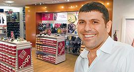 טדי שגיא על רקע חנות סקאל, צילום: עמית שעל