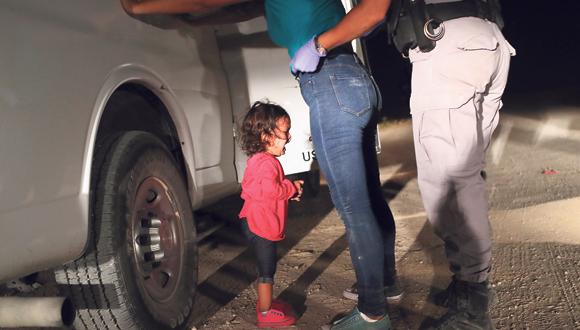 פעוטה מהונדורס בוכה בעת ששוטר גבול עוצר את אמה , צילום: איי אף פי