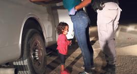 """מוסף שבועי 21.6.18 ילד אסור פעוטה מהונדורס בוכה בעת ששוטר גבול עוצר את אמה גבול ארה""""ב מקסיקו, צילום: איי אף פי"""