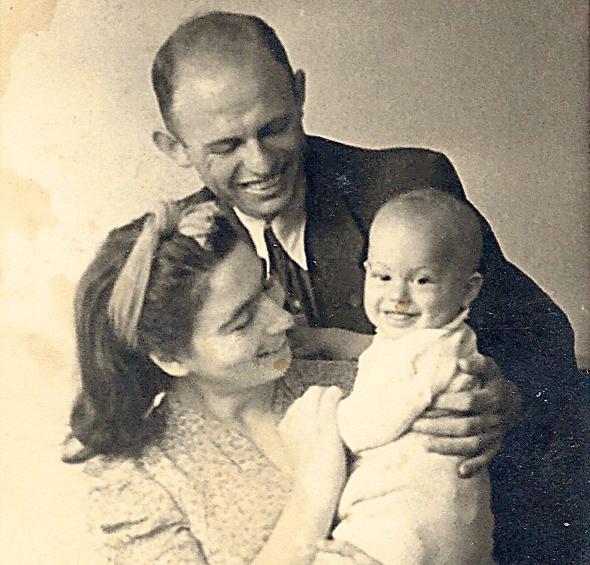 1942. אברהם קוזניצקי הפעוט עם הוריו חיה אסתר ושמואל, בתל אביב