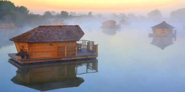 לישון עם דגים: בתי מלון על המים ברחבי העולם