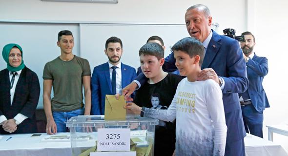 נשיא טורקיה רג'פ טאיפ ארדואן מצביע בחירות 24.6.18, צילום: איי פי