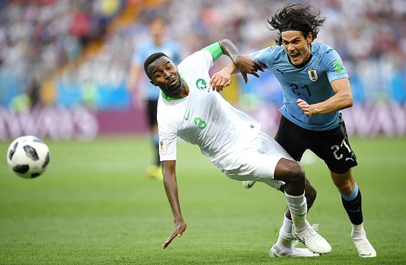 מונדיאל 2018. מימין: אדינסון קבאני מאורוגוואי מול קפטן סעודיה אוסאמה האוסאווי מונדיאל 2018