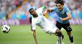 מימין אדינסון קבאני מאורוגוואי מול קפטן סעודיה אוסאמה האוסאווי , צילום: גטי אימג'ס