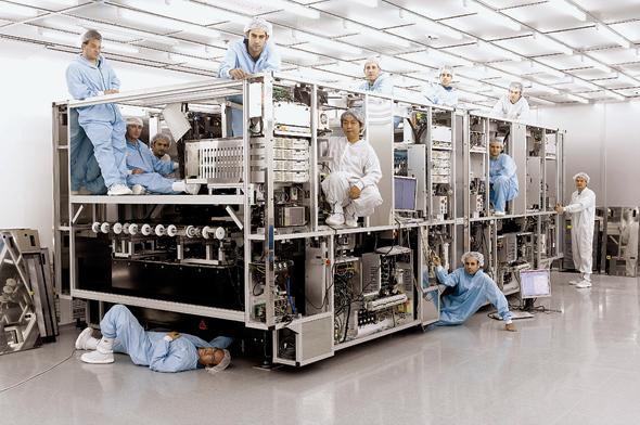 """עובדים של אורבוטק בחדר סטרילי, צילום: יח""""צ"""