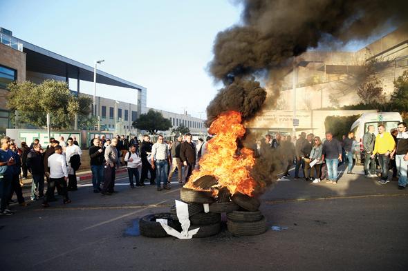 """עובדי מפעל טבע בירושלים מפגינים נגד הכוונה לפטרם. """"החברה הגיעה לגודל שבו היא מתקשה לבלוע חברות ולמזג אותן"""", צילום: אוהד צויגנברג"""
