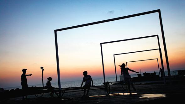 """המיצג """"בדרך אל הים""""  בטיילת בת ים. """"הרעיון היה ליצור מרחב ציבורי שאנשים יכולים לשנות בעצמם"""", צילום: יובל טובול"""