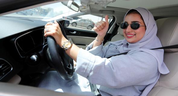 אישה סעודית נוהגת. קיבלו רשות ביוני 2018