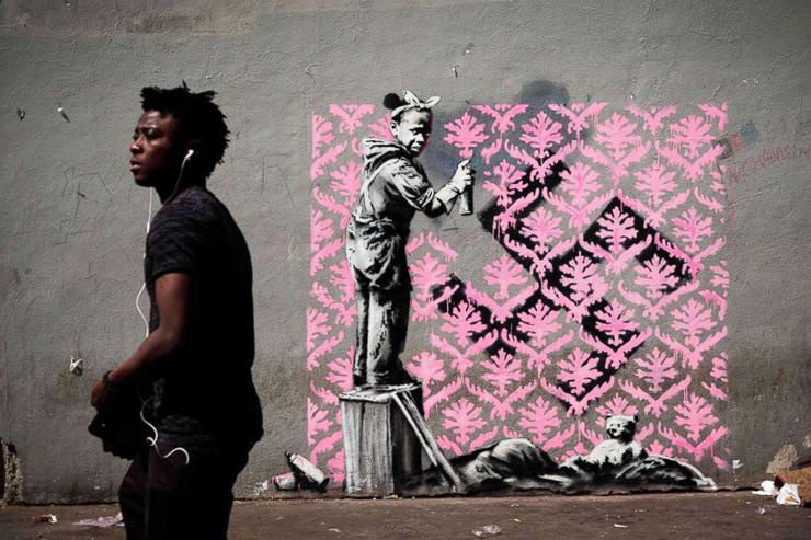 אחת העבודות של בנקסי שנתגלו החודש בפריז. ילדה מרססת צבע על צלב קרס