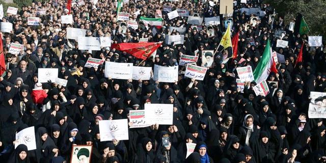 התרסקות המטבע האיראני מתניעה את המחאה ברחובות