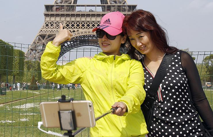 תיירים סינים על רקע מגדל אייפל בפריז , צילומים: גטי אימג