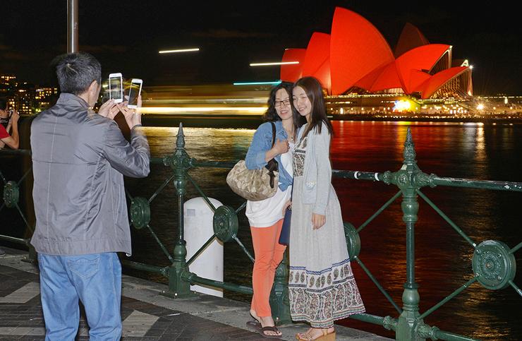 תיירים סינים על רקע בניין האופרה בסידני, אוסטרליה, צילומים: איי אף פי