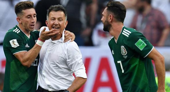 חואן קרלוס אוסוריו, מאמן נבחרת מקסיקו, עם שחקניו., צילום: איי אף פי