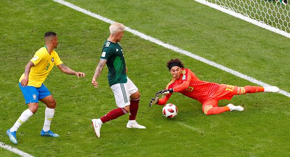 אוצ'ואה עוצר עוד כדור. ברזיל נגד מקסיקו