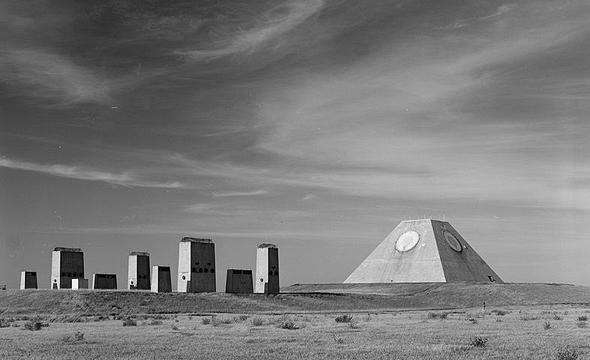 """פירמידת המכ""""מים בבסיס טילים אמריקאי"""