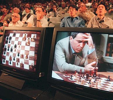 מוסף שבועי 5.7.18 רב האמן גארי קספרוב מפסיד ב שחמט למחשב כחול עמוק