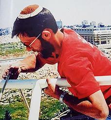 """פייגלין הצעיר בפעולה, 1993. """"כשאני נתקל במנקה ברחוב, אני רוצה לגעת שוב בסקוויג"""
