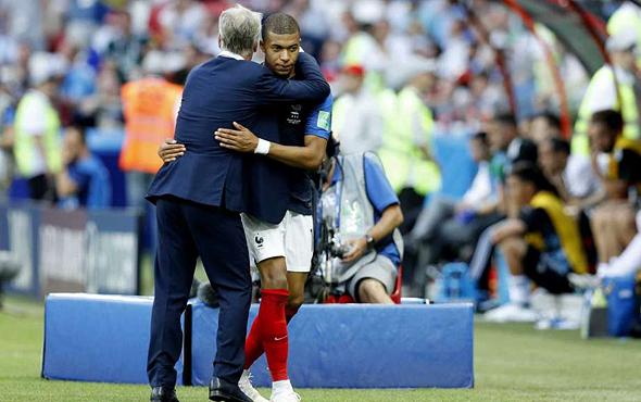 דידייה דשאן מחבק את קיליאן מבאפה. נבחרת צרפת במונדיאל 2018, צילום: איי פי