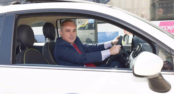 שר האנרגיה יובל שטייניץ ב רכב ניסוי לשימוש ב תערובת מתנול ו בנזין, צילום: שלומי אמסלם