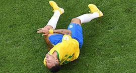 ניימאר פצוע על הדשא מונדיאל 2018, צילום: איי אף פי