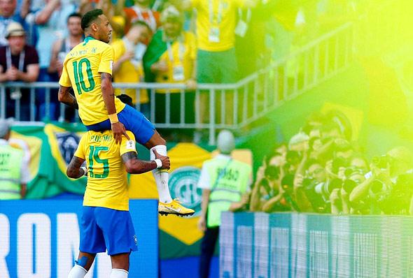 ניימאר על פאוליניו נבחרת ברזיל מונדיאל 2018, צילום: איי אף פי