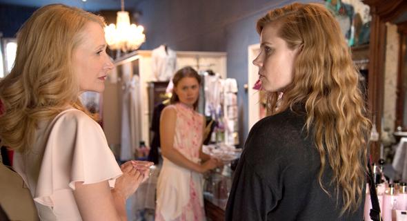 """איימי אדמס ופטרישיה קלארקסון ב""""חפצים חדים"""". סאבטקסט עצוב ואכזרי"""