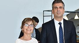 מימין: שר הכלכלה אלי כהן והממונה על הגבלים עסקיים מיכל הלפרין