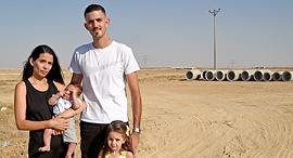 צחי ומור בן יאיר וילדיהם במגרש בשכונת הפארק בבאר שבע, צילום: חיים הורנשטיין