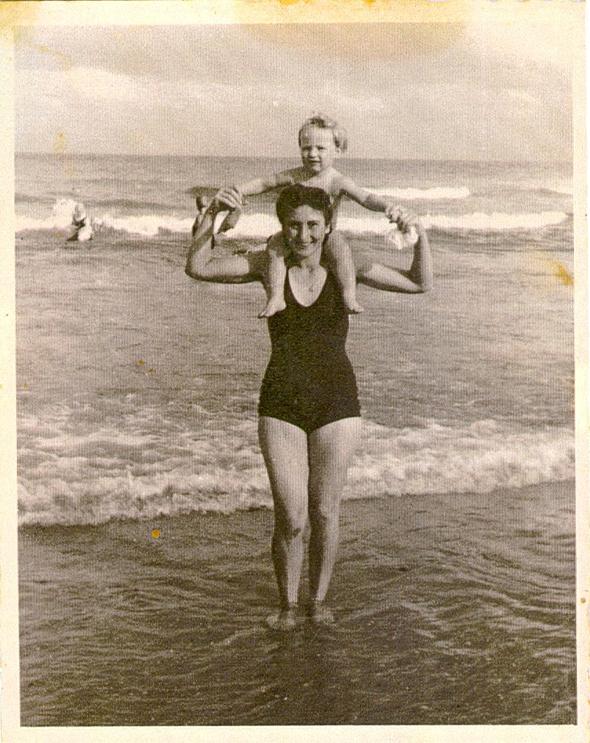 1946. גד פרופר בן השנתיים עם אמו עליזה, בחוף פרישמן בתל אביב