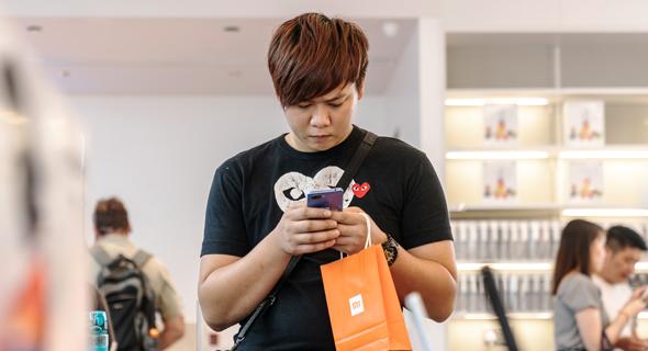 לקוח סיני של סלולר פלאפון שיאומי., צילום: בלומברג