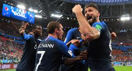 שחקני נבחרת צרפת חוגגים את הגול שהעלה אותם לגמר., צילום: Liewig Christian/ABACA