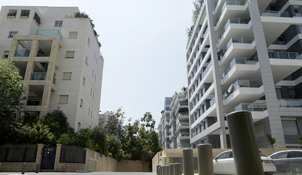 מימין בניינים של רחוב ה שדות רמת ה שרון. משמאל בניינים של רחוב אלכסנדר פן תל אביב