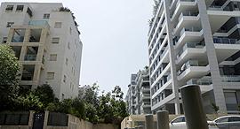 מימין בניינים של רחוב ה שדות רמת ה שרון משמאל בניינים של רחוב אלכסנדר פן תל אביב, צילום: עמית שעל