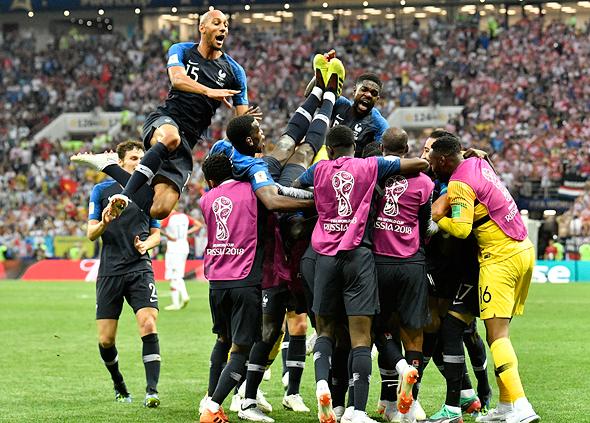 שחקני נבחרת צרפת חוגגים את הניצחון, צילום: איי פי