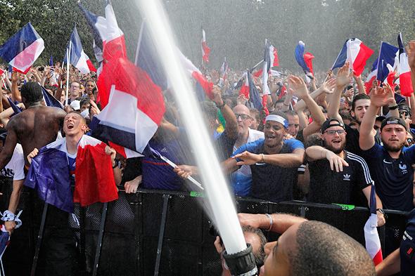 אוהדי נבחרת צרפת חוגגים בפריז, צילום: איי פי