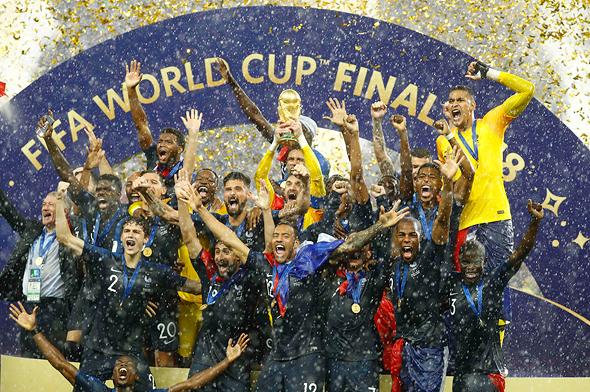 שחקני צרפת מניפים את הגביע העולמי, צילום: רויטרס