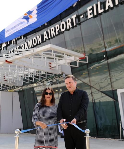 """ישראל כץ ורונה רמון בטקס הסרת הלוט מעל שדה התעופה בתמנע ע""""ש אילן ואסף רמון, צילום: סיון פרג"""