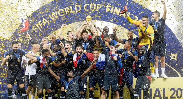 שחקני נבחרת צרפת עם הגביע