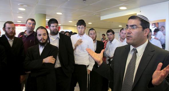 """מנכ""""ל רשות השירות הלאומי־אזרחי שר־שלום ג'רבי (מימין) עם חרדים שהתגייסו לשירות"""