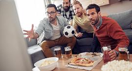 צופים בכדורגל ומזמינים פיצה, צילום: שאטרסטוק