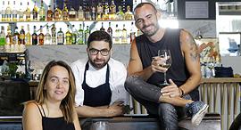 מימין ניסן וקנין השף יואב בר ו אביטל דברת שכטר מסעדת פארו פנאי, צילום: עמית שעל