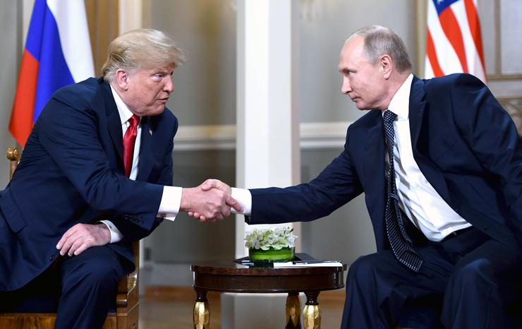 פוטין (מימין) וטראמפ בפסגה השבוע בפינלנד. היחסים ההפכפכים ביניהם מעוררים חשש מגל הלאמות, צילום: ברנדאן סמיאלובסקי