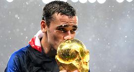 אנטואן גריזמן חלוץ נבחרת צרפת מנשק את הגביע העולמי, צילום: רויטרס